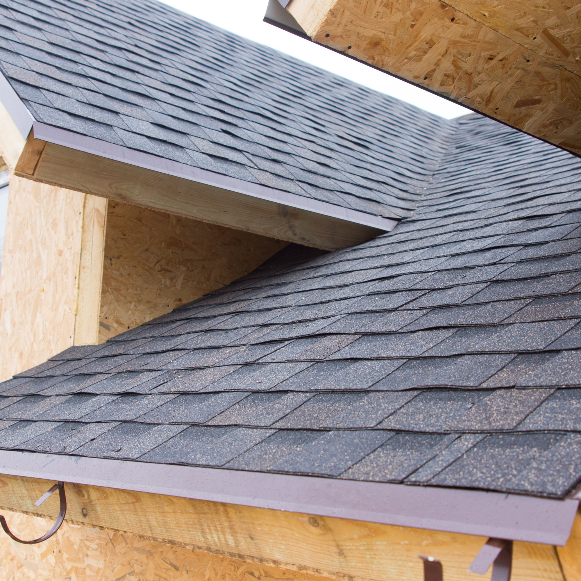 A roof with Owens Corning shingles installed on it.